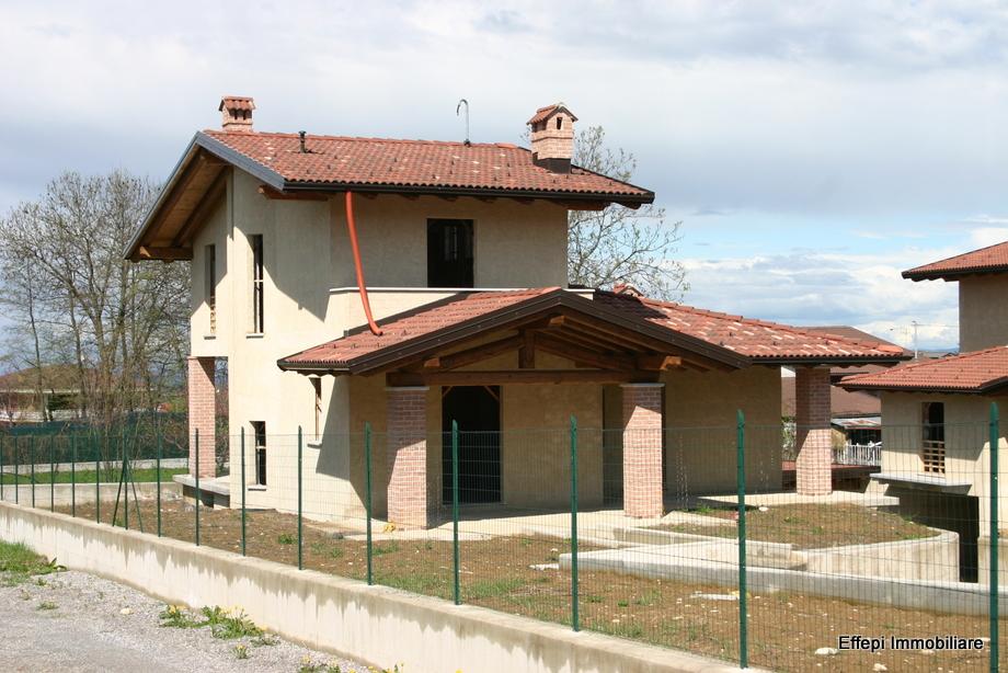 Ville con portico in legno for Fumagalli case prefabbricate prezzi